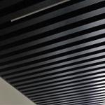 чёрный кубообразный реечный потолок